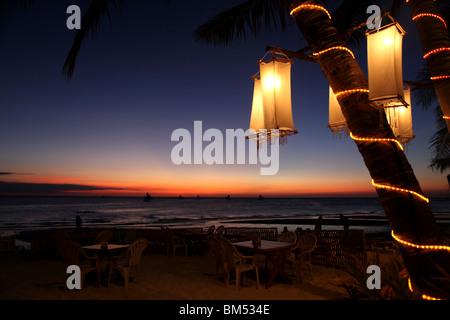 Atardecer en la Playa Blanca, Boracay, el destino turístico más famoso en Filipinas. Foto de stock