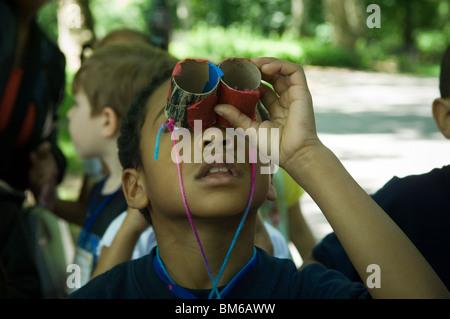 Los estudiantes de primer grado la observación de aves en el Central Park de Nueva York con binoculares caseros