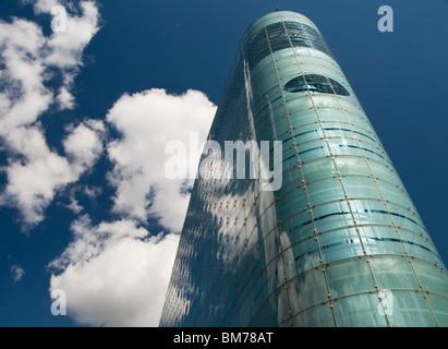 El Urbis edificio en el centro de la ciudad de Manchester, Inglaterra, Reino Unido, que alberga el Museo Nacional del Fútbol Foto de stock