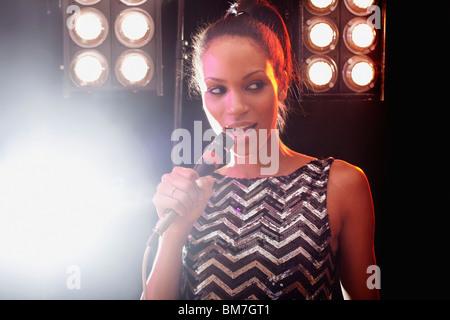 Una mujer cantante actuar en el escenario