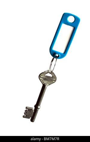 Llave antigua con etiqueta clave aislado sobre fondo blanco. Foto de stock