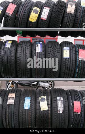 Neumáticos nuevos de montaje en rack de garaje