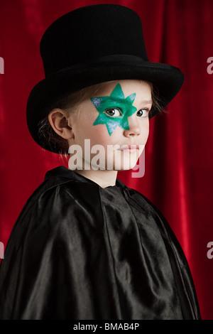 Niña vestidos como mago vistiendo sombrero superior