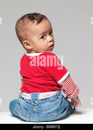 Retrato de un niño pequeño y lindo. Niña de nueve meses.