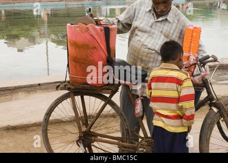 Hombre vendiendo helados en una calle, Nueva Delhi, India Foto de stock