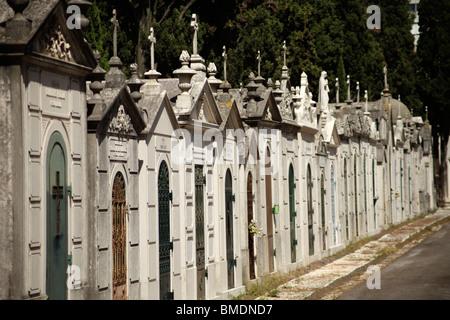Tumbas en el cementerio de Prazeres, en Lisboa, Portugal, Europa