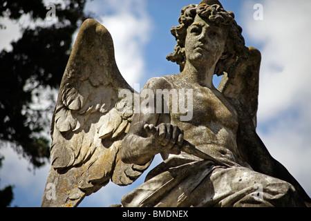 Angel en el cementerio de Prazeres, en Lisboa, Portugal, Europa