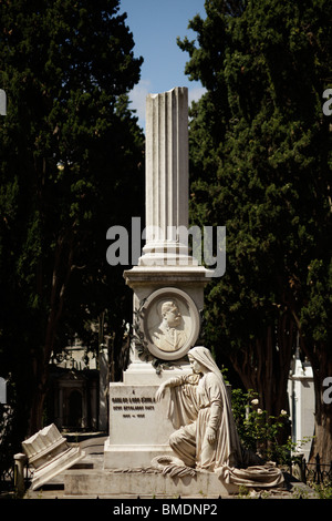 Grave con la columna en el cementerio de Prazeres, en Lisboa, Portugal, Europa