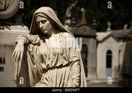 Estatua de una mujer de luto en una tumba en el cementerio de Prazeres, en Lisboa, Portugal, Europa