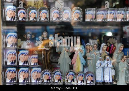 La India CALCUTA Calcuta, los ídolos y las imágenes de la Madre Teresa en la tienda de souvenirs cerca de la casa de la Madre Teresa Foto de stock