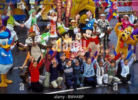 Thanksgiving Day Parade, Phila. PA con Santa y la Sra. Claus, carácter globos bandas y carrozas