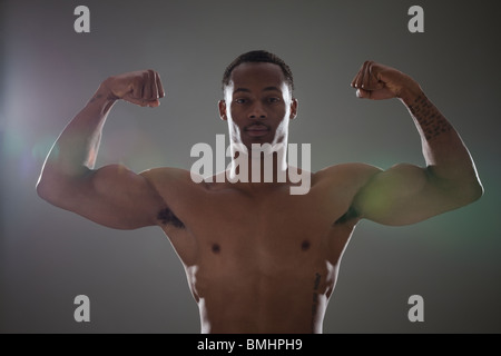 Colocar físicamente el hombre flexionando sus tríceps