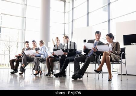 El grupo de gente de negocios con sillas