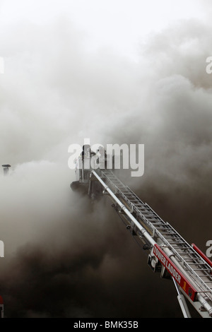 El bombero luchando contra un smoky blaze