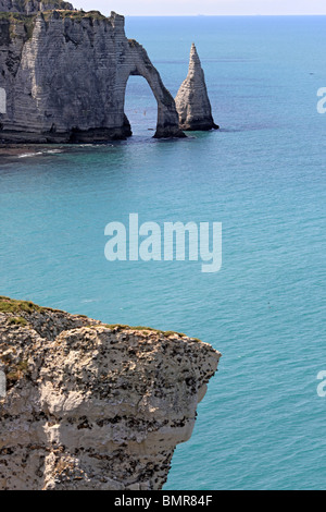 Los acantilados sobre el mar, en la Playa Etretat, departamento de Seine-Maritime, Alta Normandía, Francia