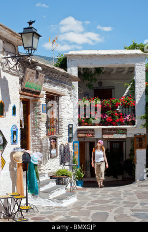 Tienda de recuerdos para turistas en , Pampaneira, Las Alpujarras, Sierra Nevada, provincia de Granada, España.
