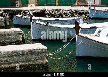 Tradicionales barcos pesqueros amarrados en el puerto de Cala Figuera, Mallorca