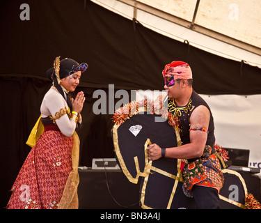 Actuar en el escenario bailarines de Malasia en Glasgow Mela 2010, en parque Kelvingrove,
