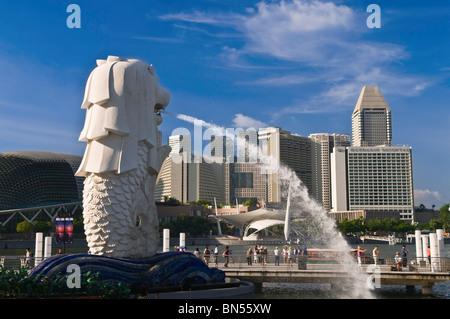 Estatua Merlion y del horizonte de la ciudad de Singapur