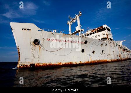 General Hoyt S. Vandenberg buque como se prepara para el naufragio, a seis millas de la costa de Key West, Florida Keys.