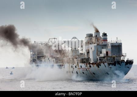 Detonaciones como el General Hoyt S. Vandenberg barco empieza a hundirse
