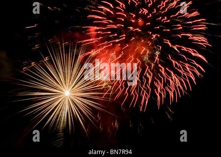 Varias ráfagas de fuegos artificiales iluminan el cielo de la noche en el cuarto de julio en Tumwater, Washington.