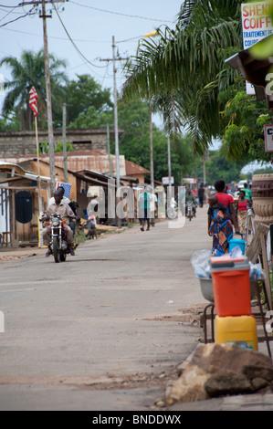 África, Togo, Kpalime Valle. Rural pueblo togolés. Calle típica escena.