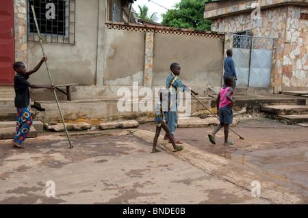 África, Togo, Kpalime Valle. Rural pueblo togolés. Calle típica escena. Muchachos jugando