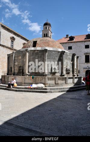 La cúpula de ladrillo rojo y forma poligonal del16 caras grandes Onofrio de la fuente que suministra agua potable en Dubrovnik.