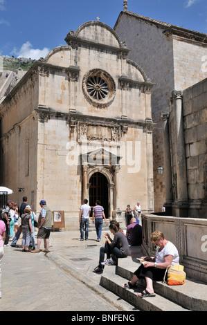 La impresionante fachada de la Iglesia de San Salvador, que está situado en frente del Big Onofrio de Trevi, Dubrovnik
