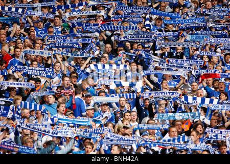 El fútbol, el fútbol americano, partidario de grandes ligas de fútbol club alemán Schalke 04, en el estadio Veltins Arena.