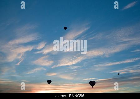 Los globos de aire caliente a través de los viñedos de color otoño. Napa Valley, California. Foto de stock