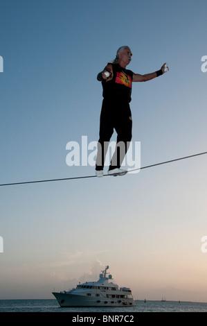 Famosa Sunset Celebration, Key West, Florida. Ejecutante de la calle, Soto sobre el alambre alto.