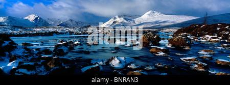 Mirando hacia el Monte Negro, Rannoch Moor, Highlands Escocesas en invierno Foto de stock