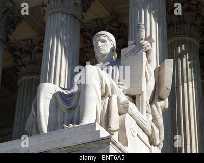 """Histórico edificio de la Corte Suprema de los Estados Unidos estatua, titulado 'La autoridad de la ley""""."""