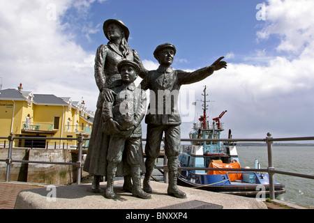 Irlanda, Co Cork, Cobh, Annie Moore estatua a primeros inmigrantes a través de Ellis Island