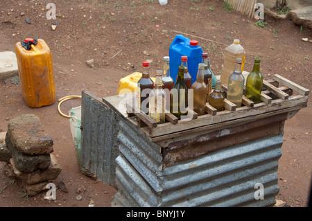 África, Togo, Kpalime Valle. Rural pueblo togolés. La gasolina en botellas usadas vendidas en la esquina de la calle.
