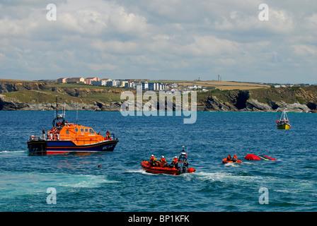 Los salvavidas RNLI tripulación (salvamento marítimo) en Newquay Cornwall