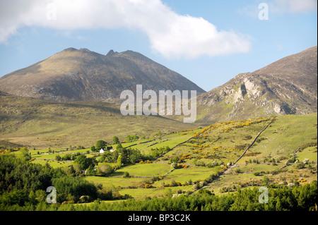 Las Montañas de Mourne, Condado de Down, Irlanda del Norte. Al sur sobre el valle, Spellack Trassey y liebres Brecha de Slieve Bearnagh