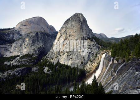 La libertad cap con el Half Dome, en el fondo y Nevada cae en el primer plano en el parque nacional Yosemite en California.