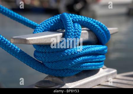 Blue soga atada a una marina pontoon mordaza en el reino unido