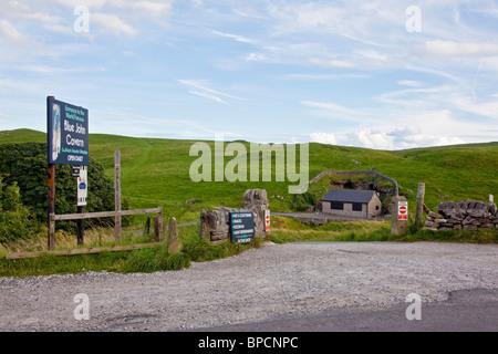 La entrada a la caverna John Azul en Castleton Peak District de Derbyshire Reino Unido