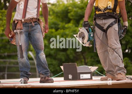 Carpinteros Trabajando en un sitio de construcción