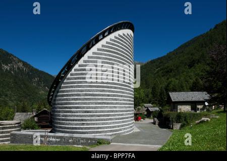 Iglesia de San Giovanni Battista, desigend por arquitecto estrella Mario Botta en Mogno, Tesino, Suiza