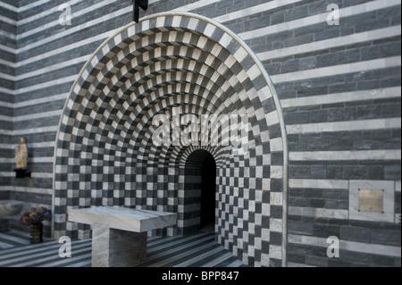 Altar de la iglesia de San Giovanni Battista diseñado por el arquitecto estrella Mario Botta en Mogno, Tesino, Suiza