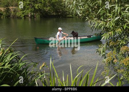 Mujer en canoa con perro