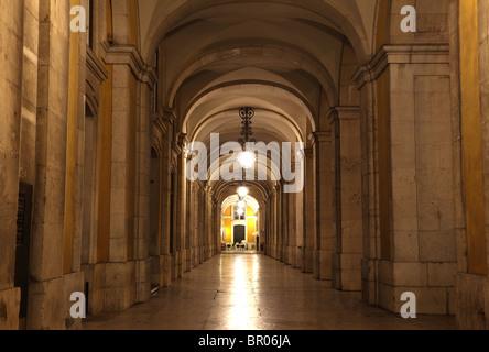 Arco en la Plaza de comercio. Lisboa, Portugal