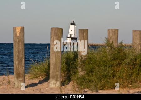 Faro y fila estacas de madera en playa del amanecer sobre el Lago Michigan MI en EE.UU. los Grandes Lagos no nadie nadie nadie