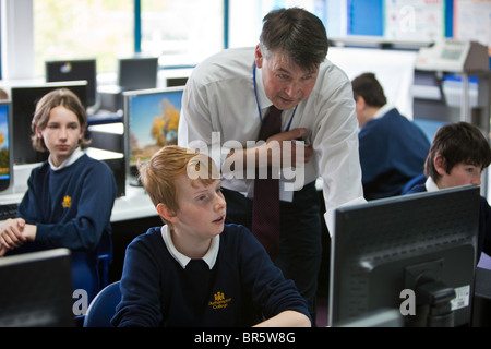 Keith Webber profesor Okenhampton College en Devon conversaciones a un estudiante.