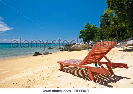 Rojo silla de playa en la playa de la isla de Pulau Tioman, Panuba, Malasia, Sudeste Asiático, Asia Foto de stock